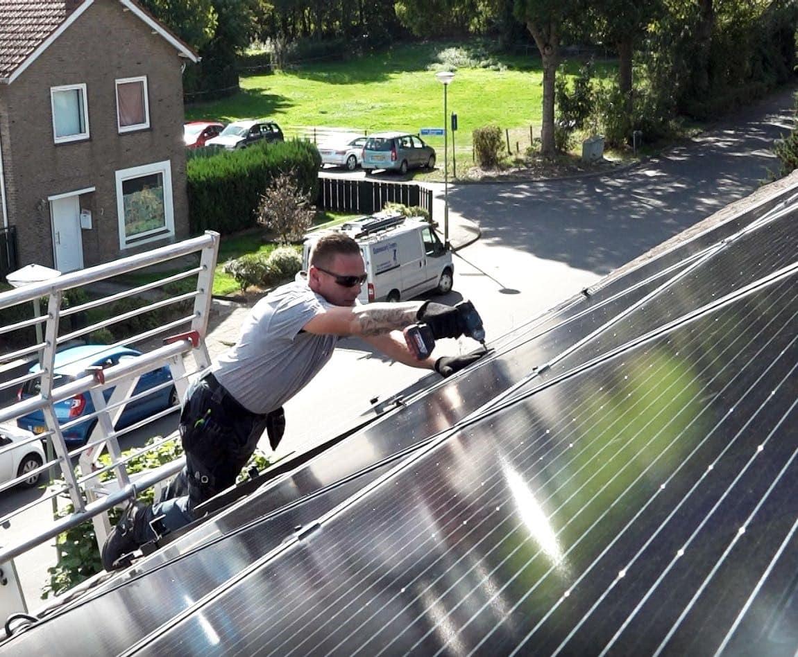 Hoe worden zonnepanelen op het dak geplaatst?